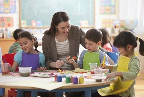 Giáo viên nên dùng sự khen thưởng, nhắc nhở, thực hành
